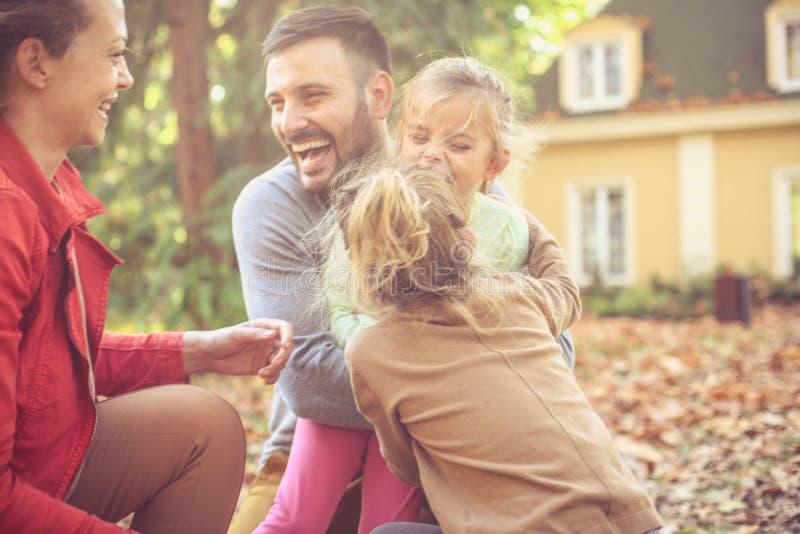 Jesień sezon jest wielki dla bawić się outside z rodziną zdjęcia royalty free