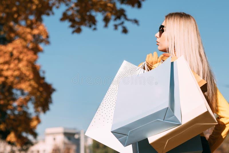 Jesień sezonu damy nowe inkasowe torby na zakupy zdjęcie royalty free