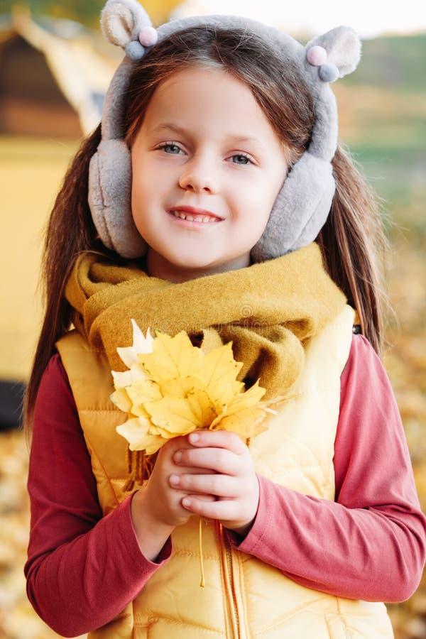 Jesień sezonu dziewczyny koloru żółtego szczęśliwi śliczni liście klonowi fotografia stock