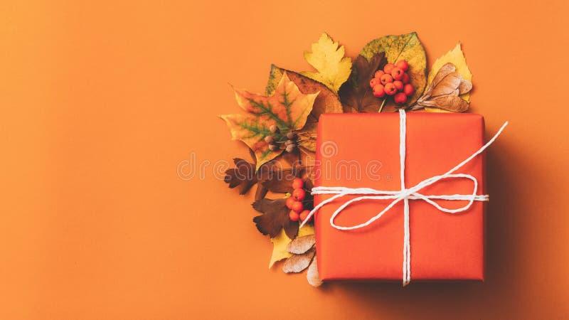 Jesień sezonu wystroju prezenta pudełka pomarańcze tło obraz stock
