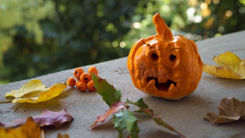 Jesień skład z dyniowym ceramicznym handmade dziecka rzemiosła spadkiem zdjęcia royalty free