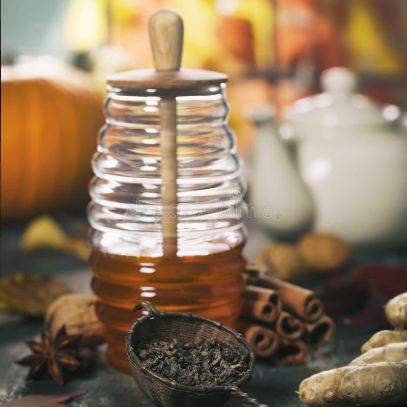 Jesień skład z miodem Ciep?y i comfy jesieni poj?cie obrazy stock