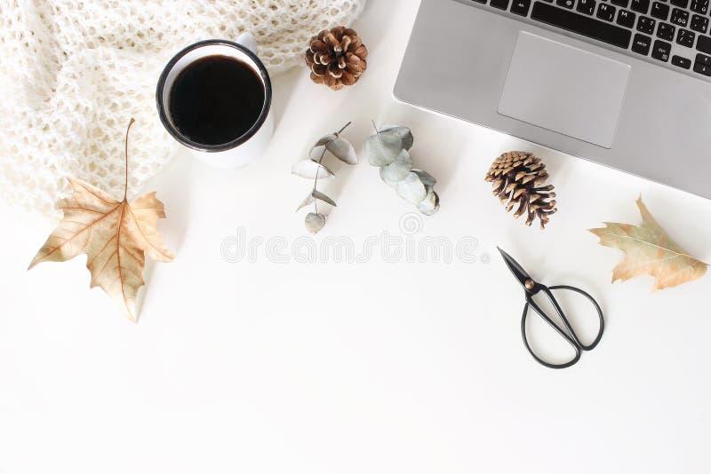Jesień, spadku workspace skład z otwartym laptopem Filiżanka kawy, wełny koc, jesień liście, suchy eukaliptus zdjęcia royalty free