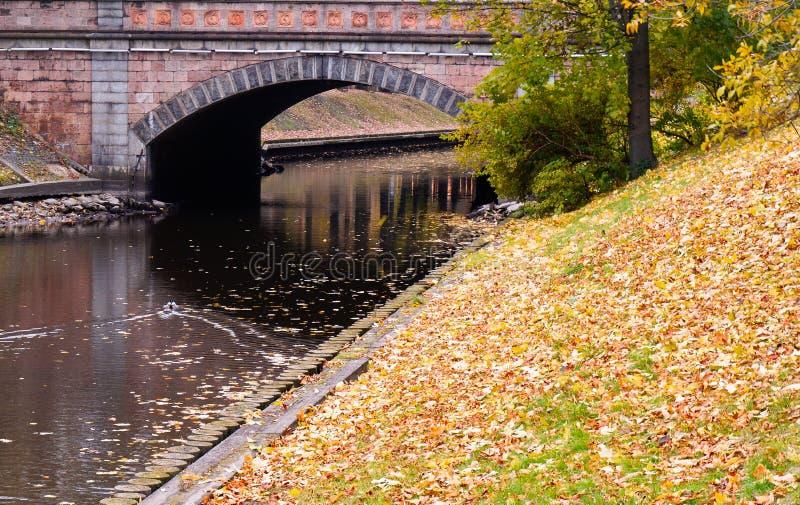Jesień widok miasto kanał zdjęcia stock