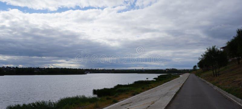 Jesień Widok na spokojnej rzece zdjęcie stock