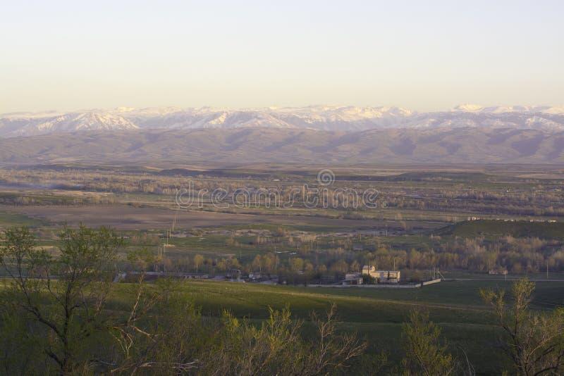 Jesień widok wioska na tle góry zdjęcia royalty free