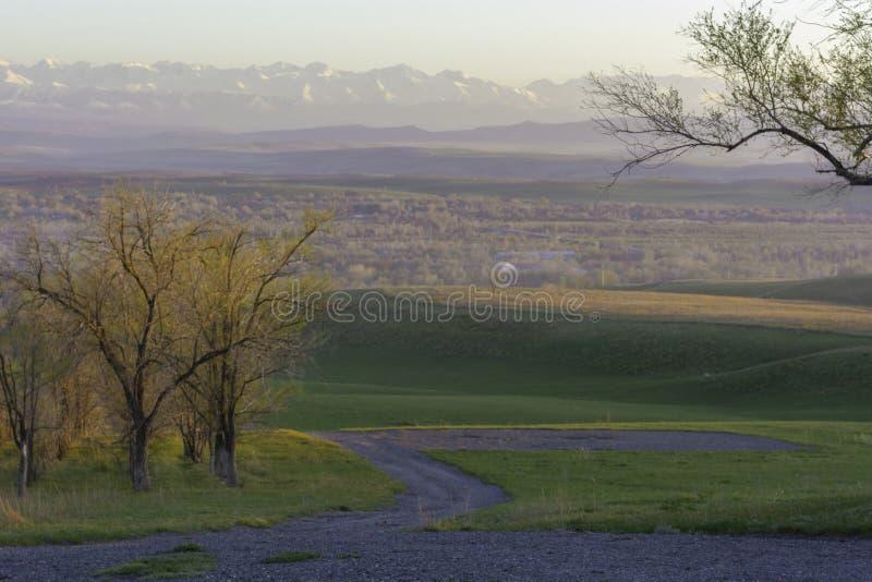 Jesień widok wioska na tle góry obrazy stock