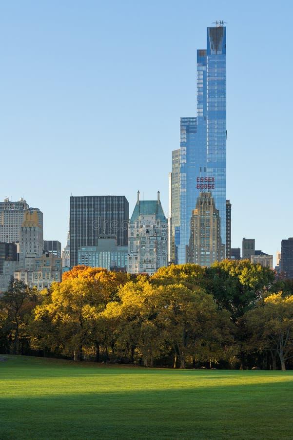 Jesień wschód słońca w central park z widokiem na środka miasta Manhattan drapaczach chmur z One57 miasto nowy Jork obrazy royalty free