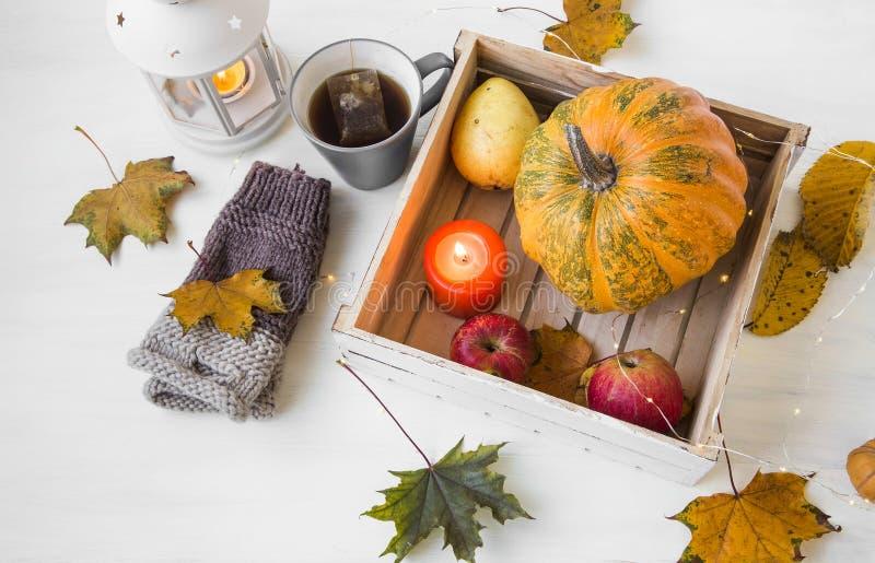 Jesień wystrój z świeczką, banią, lampionem, filiżanką herbata i spadkiem, obrazy stock