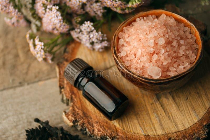 jesień zdrój i aromatherapy, jesień spadku zdroju wciąż życia wellness położenia pojęcie Asortyment istotny olej, morze sól, świe obraz royalty free