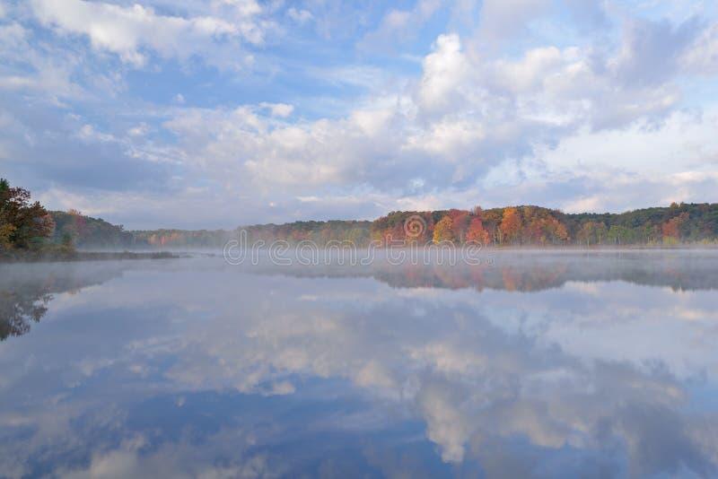 Jesień Zgłębia jezioro zdjęcia royalty free