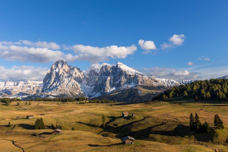 Jesień zmierzch przy Alpe De Suisi z widokiem przy Sassolungo w dolomitach w Włochy obraz royalty free