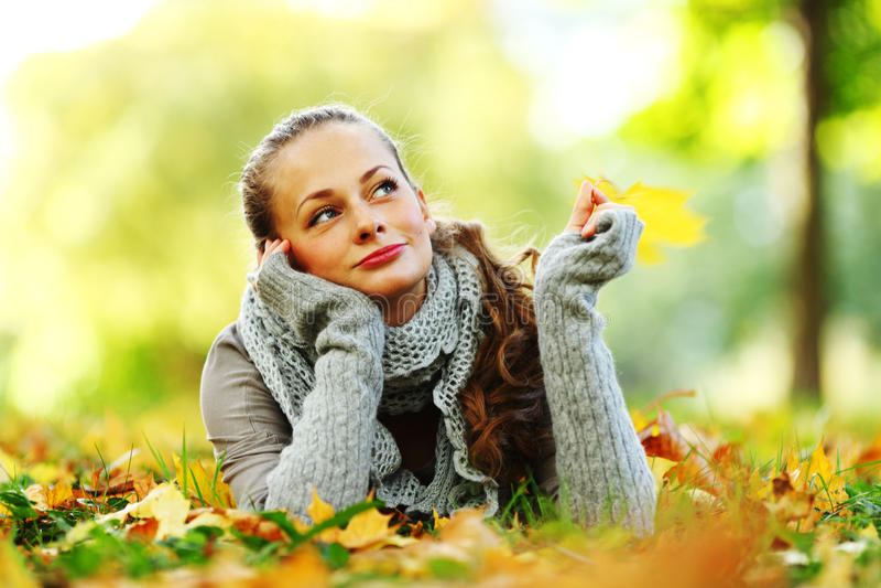 Download Jesień kobieta obraz stock. Obraz złożonej z piękny, hairball - 16283799
