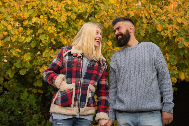 Jesie? spacer Pary odzieży jesieni natury odzieżowy tło Mężczyzna dziewczyna i jesteśmy ubranym szkockiej kraty kurtkę checkered zdjęcie stock