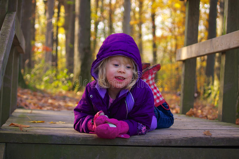 jesienią, mała dziewczyna zdjęcia royalty free