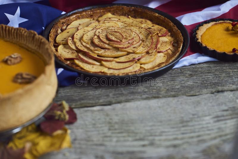 jesienią zbliżenie kolor tła ivy pomarańczową czerwień liści Domowej roboty Dyniowy kulebiak dla dziękczynienia fotografia stock