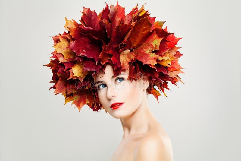 Jesieni dama Perfect kobieta z Zdrową skórą zdjęcie royalty free