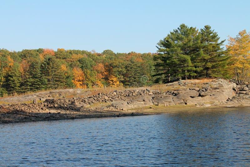 Jesieni drzewa i Rockowy Wypust jezioro fotografia royalty free
