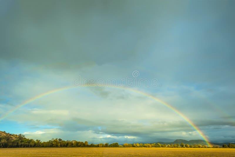 Jesieni Dwoista tęcza wypełnia niebo obraz royalty free