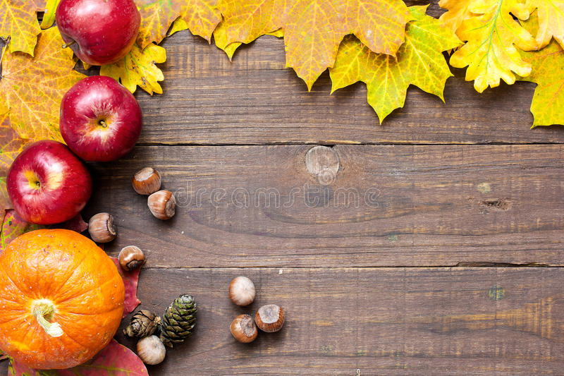 Jesieni dziękczynienia tło z sezonowymi owoc i warzywo zdjęcia royalty free