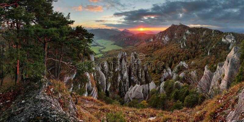 Jesieni góra przy zmierzchem z skałami obraz stock