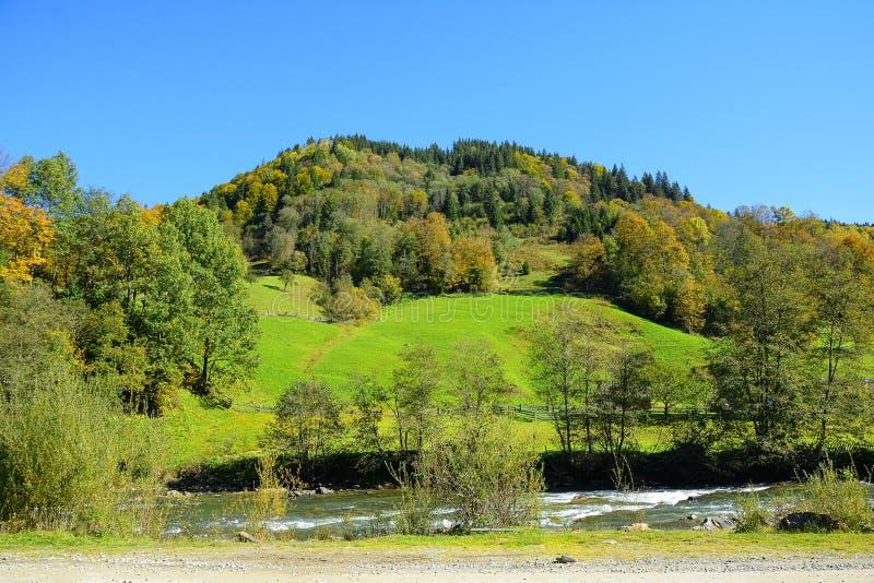 Jesieni góry krajobraz na pogodnym jasnym dniu Niebieskie niebo, mounta obraz royalty free