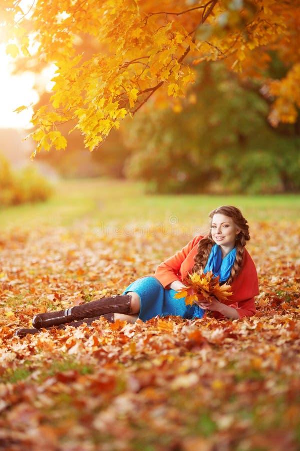 Jesieni kobieta na tło spadku krajobrazu liściach drzewa dziewczyna obrazy stock