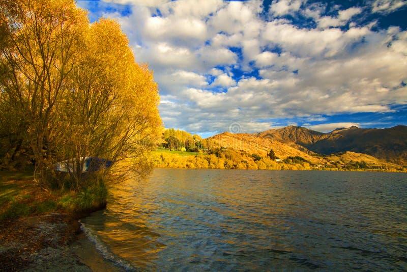Jesieni krajobrazowa sceneria w Otago z jeziornym Jeziornym Hayes blisko wioski Arrowtown, wycieczka samochodowa od Queenstown Wa fotografia stock