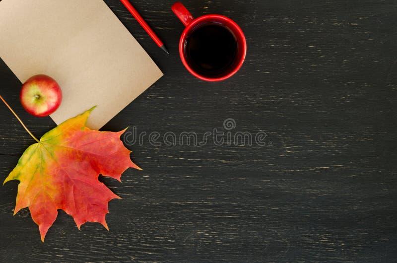 Jesieni liść klonowy, jabłko, filiżanka herbata, papier dla teksta i ołówek, obraz stock