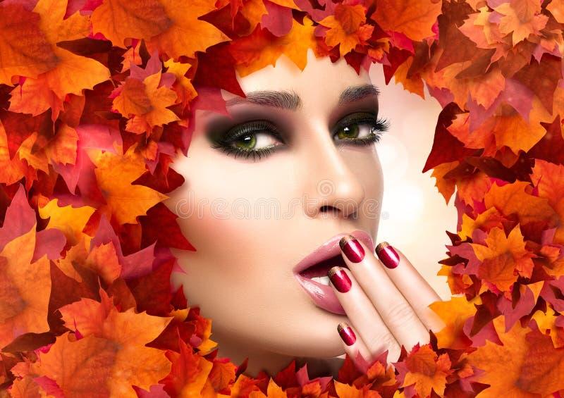 Jesieni Makeup i gwóźdź sztuki trend Spadku piękna mody dziewczyna zdjęcia stock