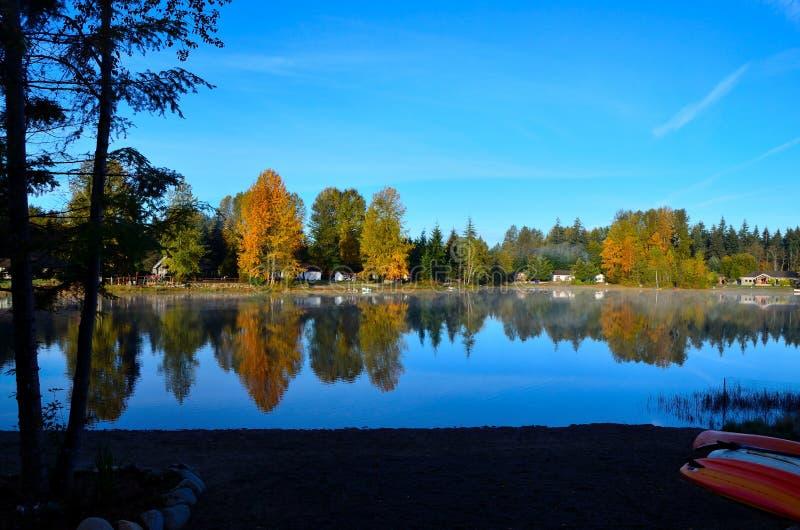 Jesieni mgła na Robertson jeziorze obraz royalty free