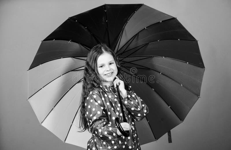 Jesieni moda Ma?a dziewczynka w deszczowu Podeszczowa ochrona t?cza rozochocony modnisia dziecko w pozytywnym nastroju Szcz??liwy zdjęcia royalty free