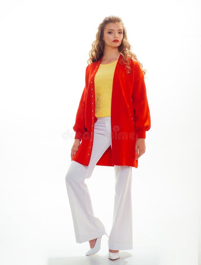 Jesieni mody trend Mody dziewczyny odzie?y ?liczny kardigan Modny spojrzenie moda model ?adna dziewczyna patrzeje kobiet potomstw obrazy stock
