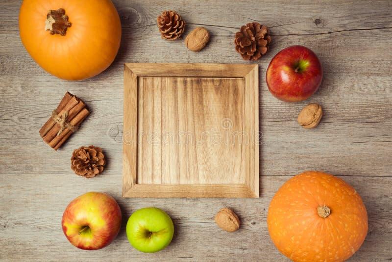 Jesieni owoc i warzywo z drewnianą tacą Święta Dziękczynienia pojęcie na widok zdjęcia royalty free