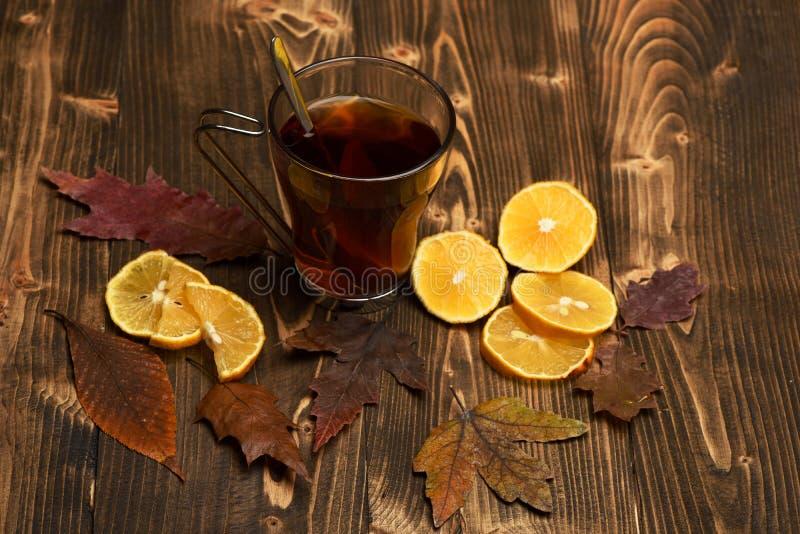 Jesieni piękno i napoju pojęcie Herbaciana filiżanka z cytrynami obraz stock