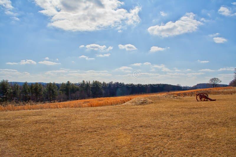 Jesieni pole z działem i niebieskim niebem obrazy stock