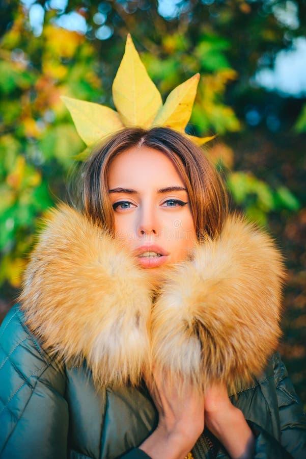 Jesieni princess Sezonu jesiennego strój Nowo?ytny moda str?j Wspaniała ładna kobieta w owłosiony żakiet spadać liściu na głowie  obraz stock