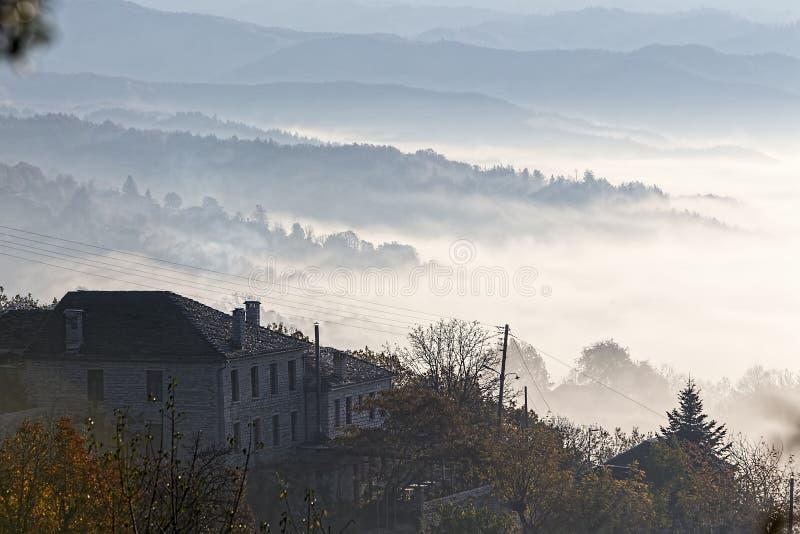 jesieni sceneria w górę wcześnie z mgłą w Zagorochoria, Epirus Grecja obrazy royalty free