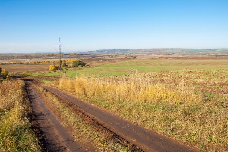 Jesieni sceny Malownicza droga gruntowa w jesieni mieszał pierwszych plany zdjęcia stock