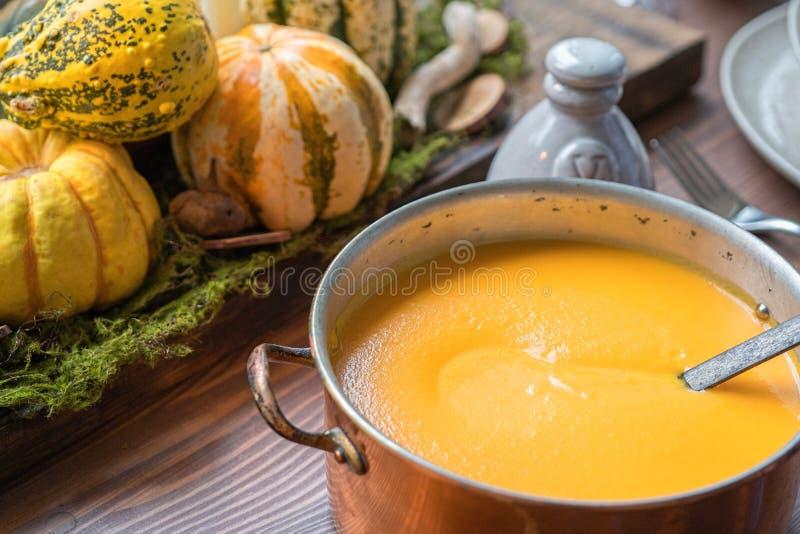 Jesieni stołowy położenie z baniami Dziękczynienie gość restauracji i spadek dekoracja fotografia stock