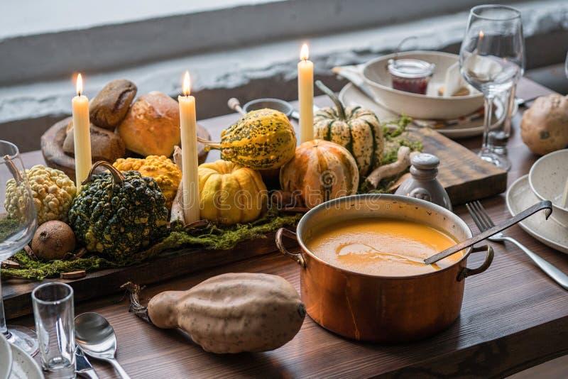 Jesieni stołowy położenie z baniami Dziękczynienie gość restauracji i spadek dekoracja obrazy royalty free