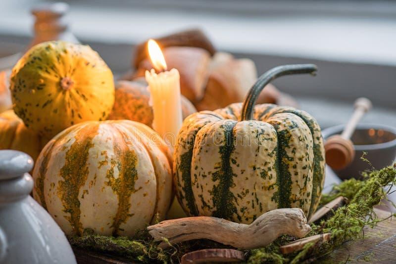 Jesieni stołowy położenie z baniami Dziękczynienie gość restauracji i spadek dekoracja fotografia royalty free