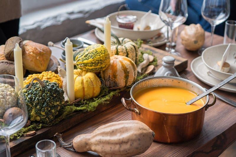 Jesieni stołowy położenie z baniami Dziękczynienie gość restauracji i spadek dekoracja zdjęcia stock