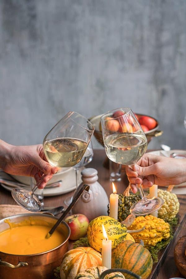 Jesieni stołowy położenie z baniami Dziękczynienie gość restauracji i spadek dekoracja obrazy stock