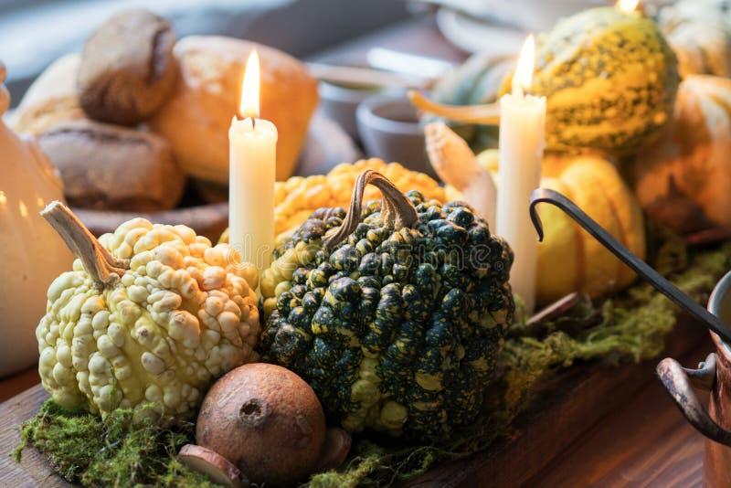 Jesieni stołowy położenie z baniami Dziękczynienie gość restauracji i spadek dekoracja obraz stock