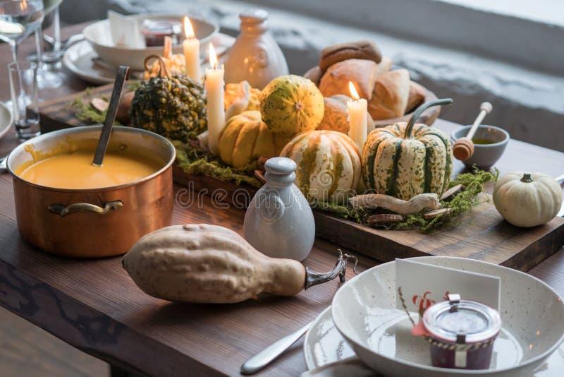 Jesieni stołowy położenie z baniami Dziękczynienie gość restauracji i spadek dekoracja zdjęcie royalty free