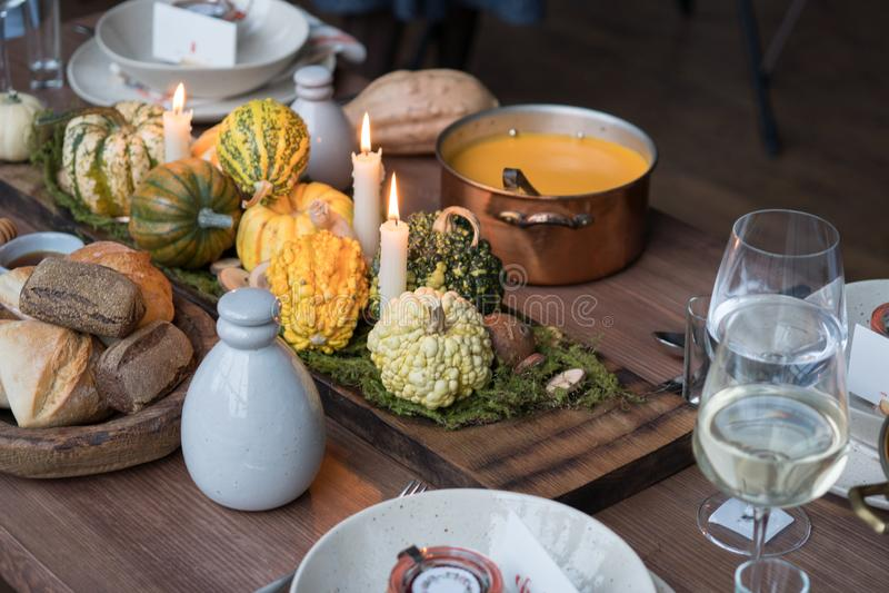 Jesieni stołowy położenie z baniami Dziękczynienie gość restauracji i spadek dekoracja obraz royalty free