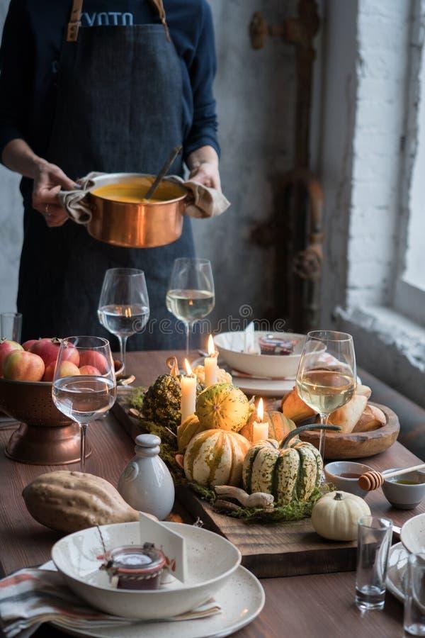 Jesieni stołowy położenie z baniami Dziękczynienie gość restauracji i spadek dekoracja zdjęcie stock