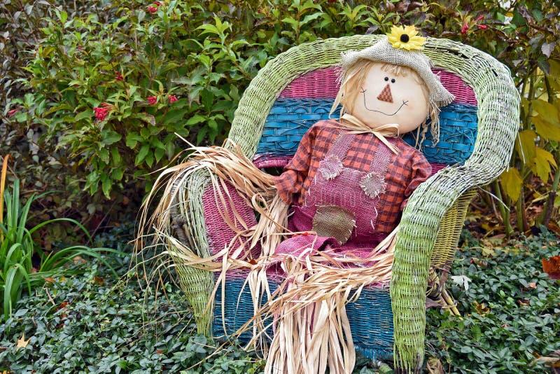 Jesieni strach na wróble w łozinowym krześle obrazy stock