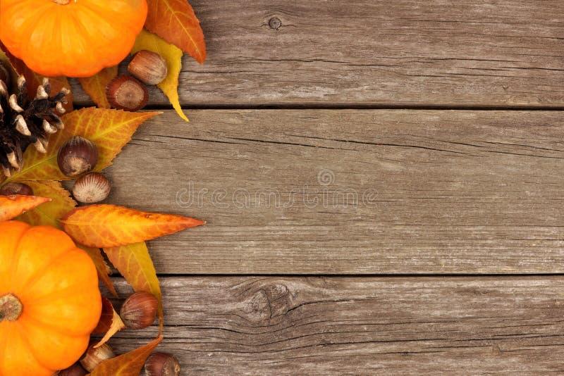 Jesieni strony granica przeciw nieociosanemu drewnu zdjęcia royalty free